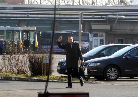 Ez a kép akkor készült, amikor Singlár Zsolt, a Miskolci Városi Közlekedési Zrt. vezérigazgatója megérkezett a vállalat telephelyére.