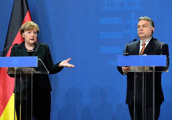 Nem idézte Angela Merkel illiberális demokráciát kommentáló szavait az M1 Híradó. Ahogy mi is beszámoltunk róla, a német kancellár magyarországi látogatásán Orbán Viktorral közös sajtótájékoztatójukon egy újságírói kérdésre azt mondta, hogy nem tudja értelmezni az illiberális szót a demokrácia tekintetében.