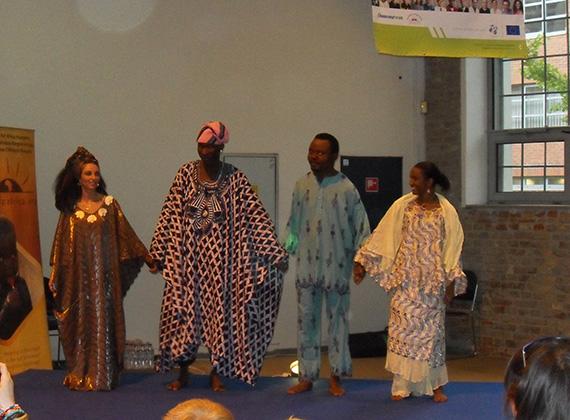 A tánc közbeni érintkezés nem jellemző kifejezetten az afrikai népre, ellentétben a mi néptáncunkkal.
