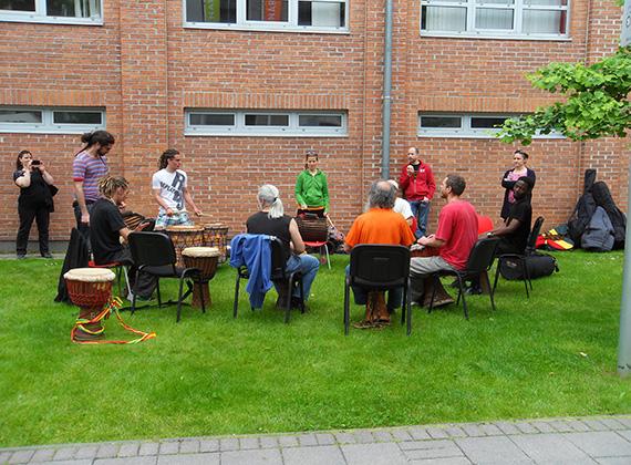 Vasárnap a jó idő a zenészeket is kicsábította. Ezen kívül az udvaron indiánok is zenéltek. Volt capoeiraoktatás is.