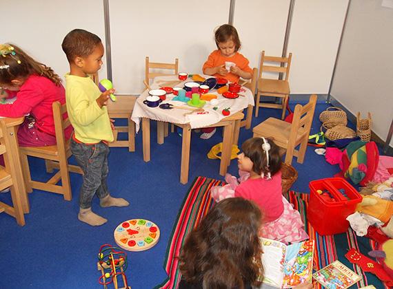A gyerekek nagyon szívesen látott vendégek voltak, sok meseolvasással, táncházzal, filmekkel és egyéb foglalkozásokkal.