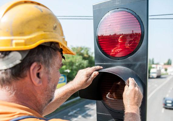 50-50 ezer forint jár azért, ha valaki áthajt a piroson, illetve elvéti a kötelező haladási irányt. Óvatosan az egyirányú utcákkal!