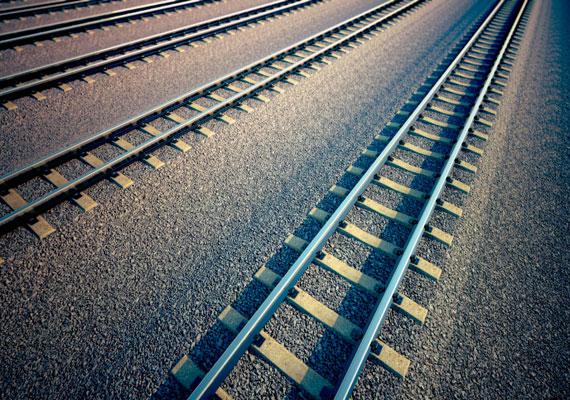 A vasúti átjárók mindig veszélyes üzemnek számítottak, így nem csoda, hogy komoly büntetés jár azért, ha valaki a tilos jelzés ellenére áthajt a síneken. 60 ezer forintra bírságolhatják azt, aki így szeg szabályt.