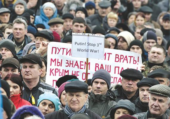 Az emberek már a harmadik világháborútól tartanak. A kijevi főtéren tüntetnek Vlagyimir Putyin döntése ellen.