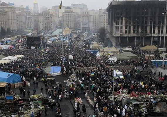 A kijevi Függetlenség téren a tömeg az orosz csapatok Krím-félszigetre vonulása ellen gyűlt össze.