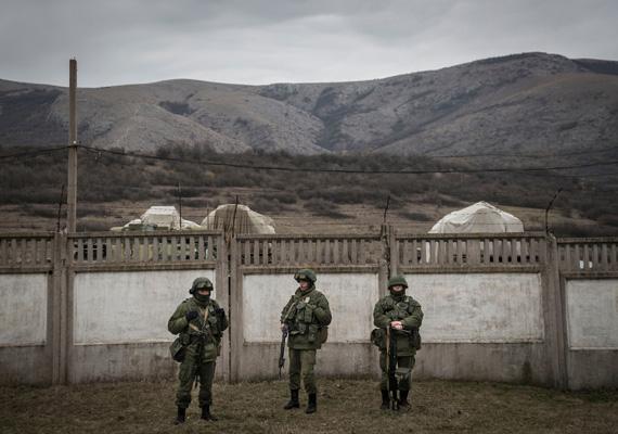 Maszkokba és egyenruhába öltözött katonák Krím-félszigetén.