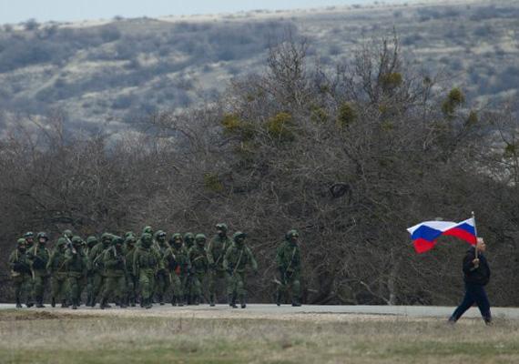 Katonák sétálnak egy ukrán katonai bázison.