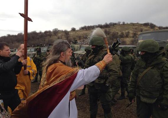 Ortodox pap adja áldását egy ukrán katonai bázison.