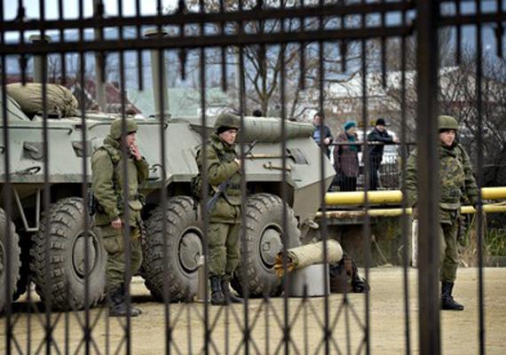 Orosz katonák az ukrán tengeri bázison.