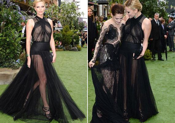 Kristen és Charlize a bemutatóra is vampos ruhában érkeztek, de az Kristennek kevésbé állt jól.