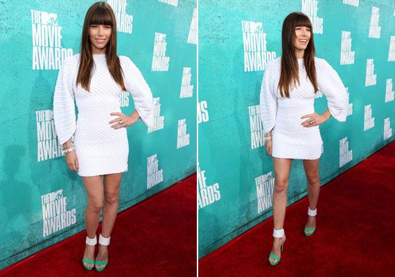 Jessica Biel a Chanel kis fehér ruháját viselte.