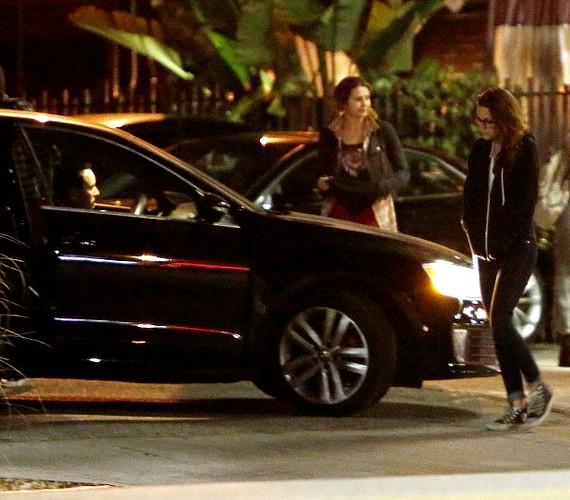 A hét elején lesifotósok megörökítették, ahogyan Kristen beszáll egy ismeretlen férfi kocsijába.
