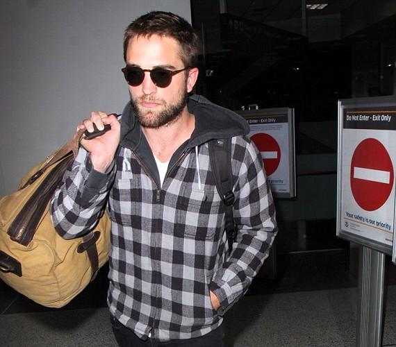 Robert Pattinson az eset másnapján tért haza Los Angelesbe, és a reptéren készült fotók alapján nem volt túl boldog.