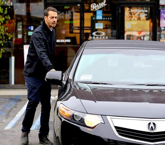 Íme, egy kép fényes nappal Rupert Sandersről és a kocsijáról - látsz hasonlóságot?