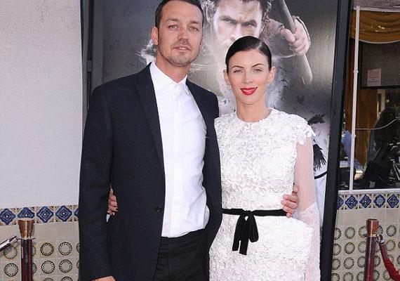 Rupert egyébként házas, a felesége a 33 éves Liberty Ross, aki szintén játszott a Hófehér és a vadászban.