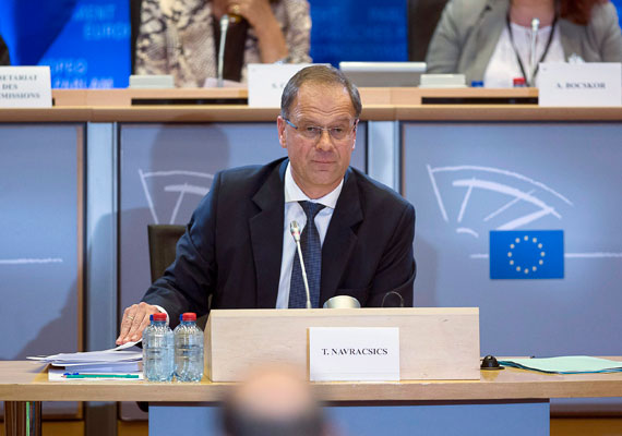 Navracsics Tibort jelölte EU-biztosi posztra a magyar kormány, aki a bizottsági meghallgatásán többször is ellentmondott a hivatalos hazai álláspontoknak. Többek között azt mondta a volt közigazgatási és igazságügyi miniszter, hogy a magyar kormány nem mindig tulajdonított kellő fontosságot a sajtószabadságnak. Navracsics személyét a szakbizottság el is fogadta, csak a neki szánt portfólión kellett minimálisat korrigálni Jean-Claude Juncker elnöknek.