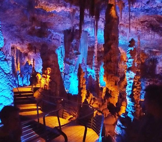 Ezekben a pillanatokban is folyamatosan alakul Izrael egyetlen olyan cseppkőbarlangja, mely a nyilvánosság számára is elérhető. Az Avshalom nem túl nagy barlang, de a cseppkőképződés még ma is igen aktív, a látványt pedig fokozzák a színes fények.