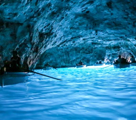 Az olaszországi Kék-barlang azúrkék vizének színéről kapta a nevét. A páratlan szépségű helyen a legenda szerint szirének élnek, különlegességét pedig tovább fokozza, hogy a gyönyörű kékség nem mesterséges világítás, hanem a bejáraton beszűrődő fény eredménye.