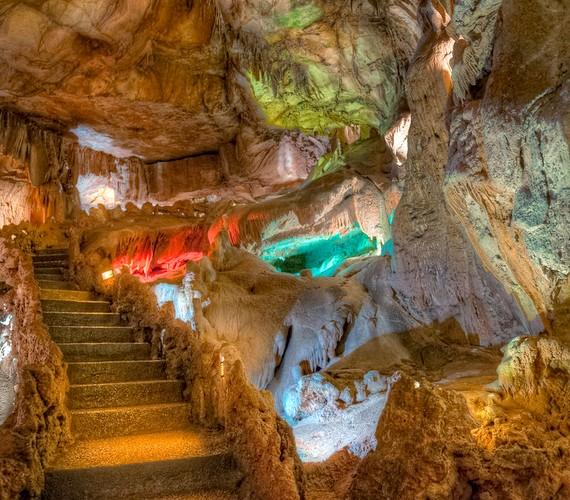 Ha egyszer Portugáliában jársz, feltétlenül nézd meg a Mira de Aire-barlangrendszert, melyet hangulatos kőlépcsőkkel és színes fénytechnikával tettek még látványosabbá. A barlangban többféle látnivaló is akad, például gyönyörű tavak és mészkőképződmények.