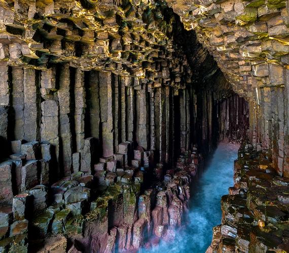 Skócia bővelkedik a látnivalókban - ezek közé tartozik a Fingal-barlang is, melynek falát hatszögletű bazalttömbök alkotják, talaját pedig sok helyen elönti a kék tengervíz.