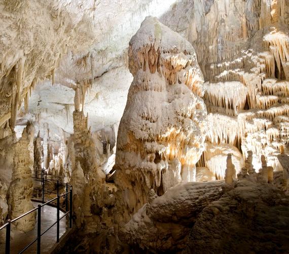 A fehér cseppkövek a postojnai barlangban találhatók, mely egy szlovéniai karsztvidéken húzódik 20 kilométer hosszú területen. A térségben található a Föld egyik leggazdagabb barlangi állatvilága, a látogatókat pedig vasúttal szállítják a föld alá.