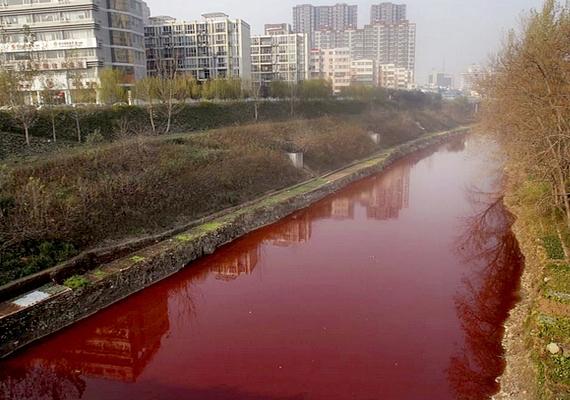 A kínai Jian folyó alaposan ráijesztett a lakókra, amikor egyik reggelre úgy nézett ki a meder, mintha vérrel lenne tele. A víz három teljes napig vörösben játszott, mert - mint kiderült - belekerült egy illegális festékgyár piros hulladéka.