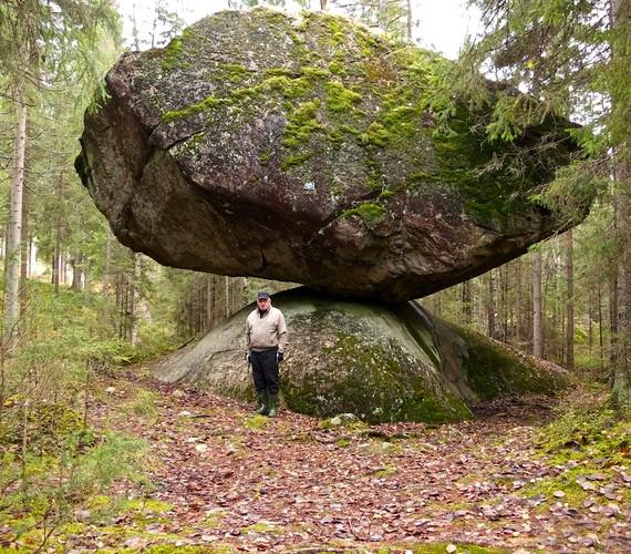 A legjobban akkor látszik, milyen hatalmas a szikla, ha állnak előtte.