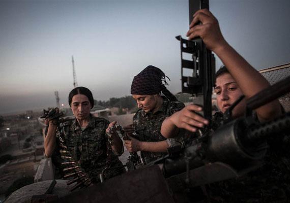 A nők mindig is nagy szerepet játszottak a kurdok életében, ami némiképp meglepő a Közel-Keleten, ahol általában másodrangú polgárokként kezelik a nőket. A szíriai kurd fegyveresek 35%-a nő, ami 15 ezer katonát jelent. Sajnos szinte mindig van kivel harcolniuk.