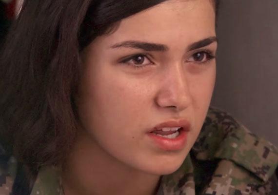 A legtragikusabb ismertté vált személyes történet Direné. A 19 éves kurd lány akkor vált szinte jelképpé a nyugati médiában, amikor nyilatkozott egy stábnak. Nem sokkal később a saját kezével vetett véget életének, mikor a szélsőséges iszlamista fegyveresek körbevették egységét.