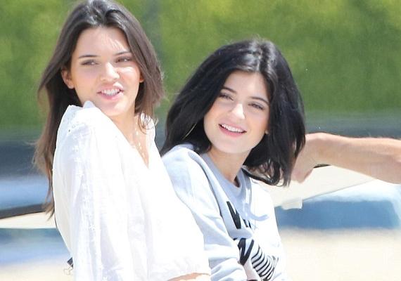 Kylie Jenner - jobbra - nővérével, a modell Kendall Jennerrel napfürdőzött a tengerparton, amikor a képek készültek.