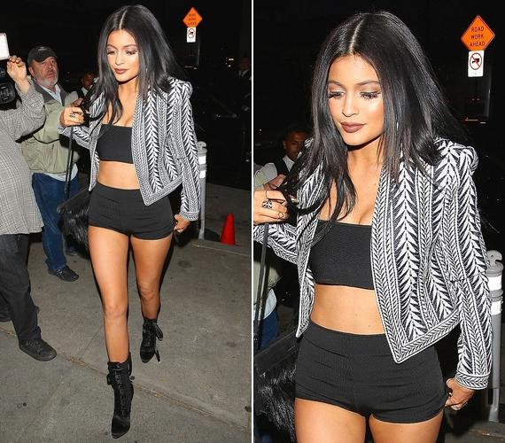 Ebben a szerelésben érkezett a minap Kylie Jenner egy elegáns étterembe, hogy a családjával vacsorázzon. Bent valószínűleg még a blézert is levette.