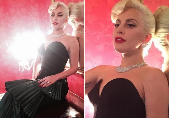 Ezeket a képeket osztotta meg a napokban Lady Gaga. A fekete estélyi, a nőies frizura és a csinos smink mind-mind nagyon jól áll neki.