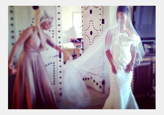 Ő segített öltözni a menyasszonynak.