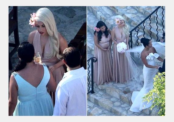 Lady Gaga, aki imád a figyelem középpontjában lenni, ezúttal háttérbe vonult, és elvegyült a násznép közt.