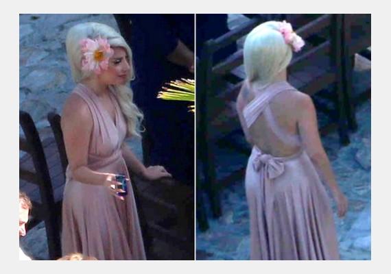 Az énekesnő csodásan mutatott koszorúslányruhájában, nagy virágdísszel a hajában.