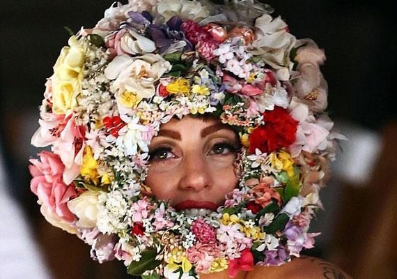 Egy divatbemutatón nemrég virágos fejdíszével keltett feltűnést.
