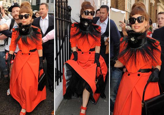 A különc énekesnő nemrég hosszú kabátban, szőrmegallérral vásárolgatott Londonban - a hőség ellenére.