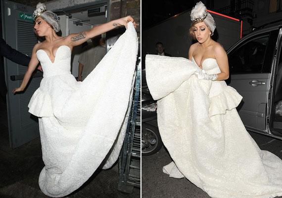 Csak egy átlagos buli: Lady Gaga esküvői ruhában szállt ki az autóból.