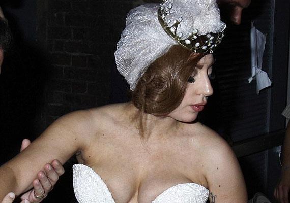 Esküvői ruhához képest elég merész a dekoltázsa.
