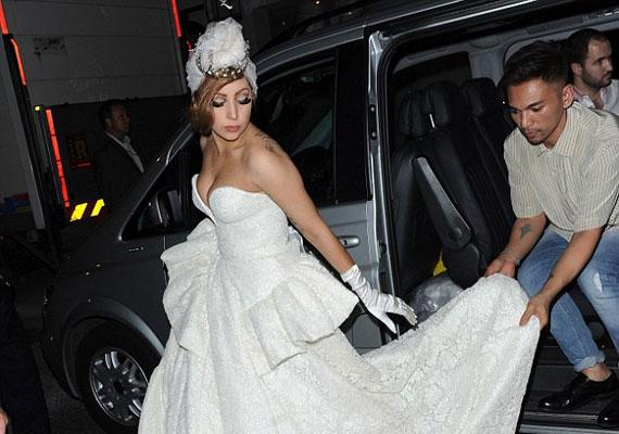 A ruha mozgatásához az énekesnőnek folyamatos segítségre volt szüksége.