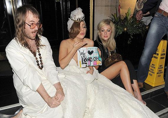 A hotelbe visszatérve Lady Gaga néhány rajongóval pózolt a lépcsőn.