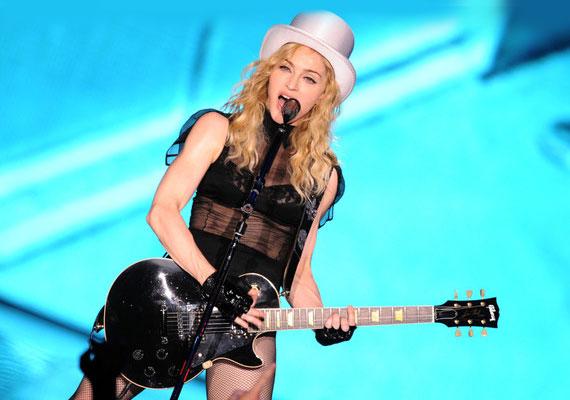 Madonna pontosan tudja, hogy a hírnév receptjéhez egy csepp botrány is kell: az MTV két videóját - Justify My Love, What It Feels Like for a Girl - is betiltotta, a Pepsi pedig a vele futó reklámot állíttatta le a Like a Prayer klipjéhez fűződő botrány miatt.