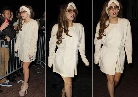 Kevésbé kihívó utcai öltözékben még mindig nincs semmi baj az énekesnő alakjával.