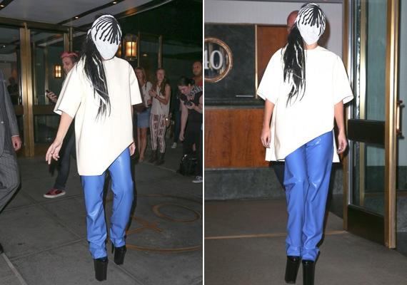 Nemrégiben úgy távozott az egyik szállodából, hogy maszkot húzott a fejére, amiből ki sem látott.