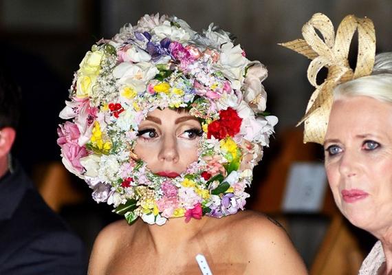 A londoni Fashionweeken ebben a virágkoszorúban jelent meg, talán az összes szerelése közül még ez a legízlésesebb.
