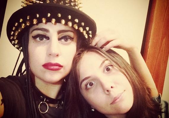 Ezt a fotót osztotta meg a napokban Lady Gaga magáról és a húgáról. A két lány még így is hasonlít egymásra, pedig Gaga már számos plasztikai műtéten átesett.