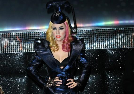 Íme, Lady Gaga viaszszobra Londonban - jól látszik a különbség.