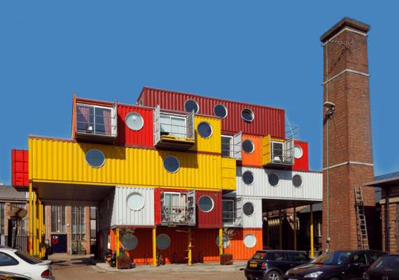 Ez a színes építmény Brightonban található - ilyen konténerekkel próbálják segíteni a rászorulókat, amíg azok nem találnak állandó lakhelyet. Mindegyik helyiséghez tartozik fürdőszoba és konyha is.