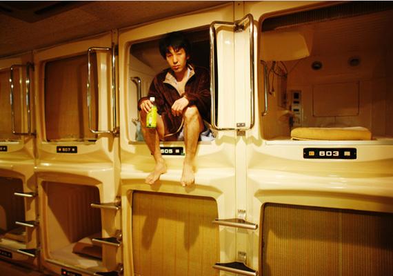 Tokió egyik kapszulahoteljében a kis kabinok mindössze hat és fél méter hosszúak és nagyjából öt méter szélesek. Felállni nem lehet bennük, de aki nem tud hol aludni, annak megfelel egy éjszakára.