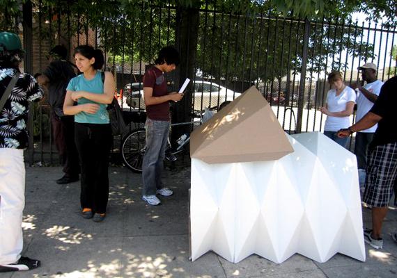 Ez a hordozható lakhely az origami struktúráját követi, emiatt nevezték el Cardborigaminak. A kis zug megvéd az időjárás viszontagságaitól, valamint meglehetősen stabil és szigetelt is.